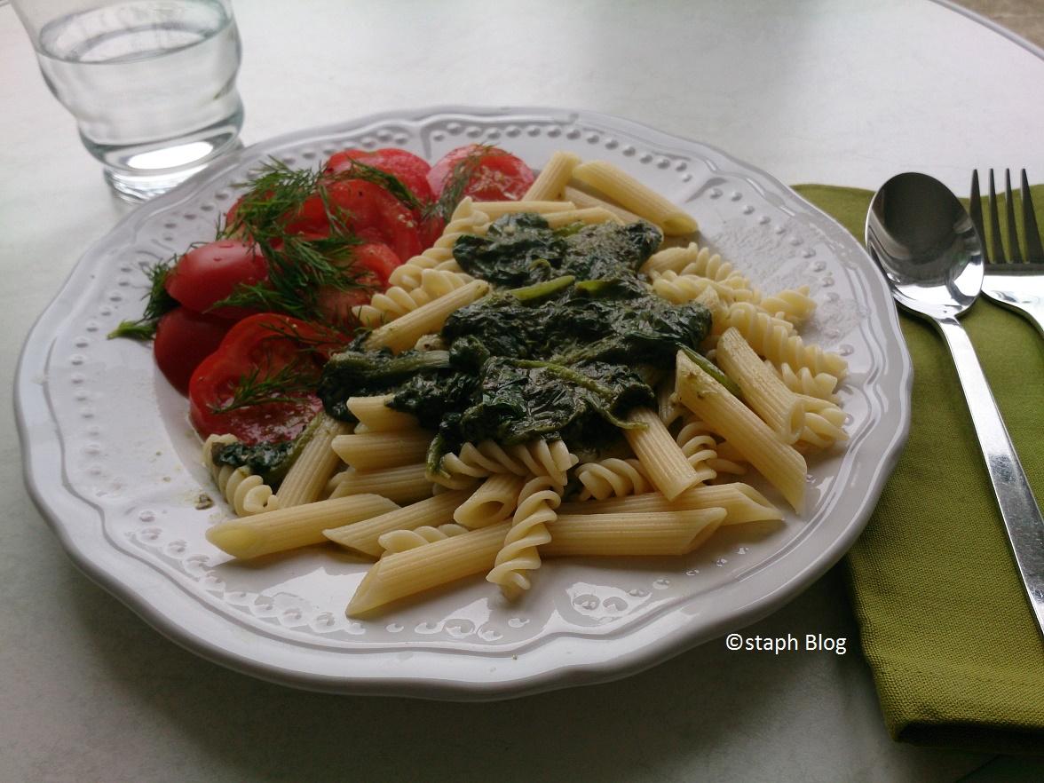 Vollkornnudeln mit Spinat-Basilico-Pesto und Tomatensalat © staph Blog